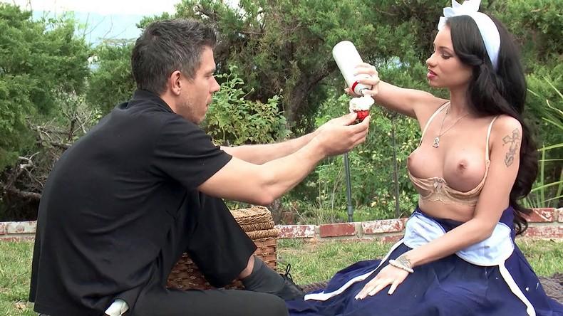 veseliy-piknik-s-davalkami-sperma-brizgaet-orgazmiruet