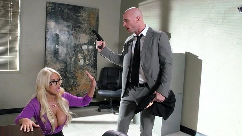 porno-blondinka-s-bolshim-vimenem
